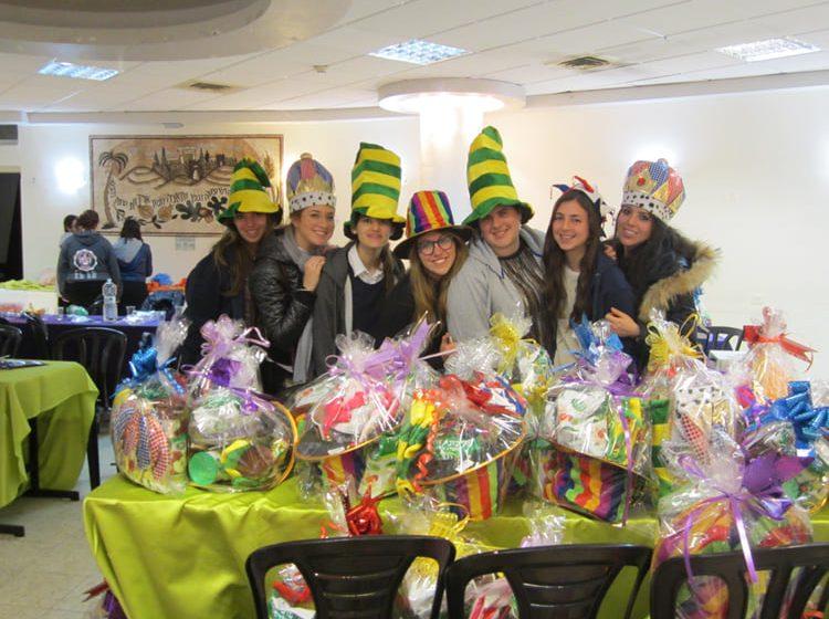 גלריה: בנות מכללת לנדר בהכנת משלוחי מזון יצירתיים לנפגעי טרור