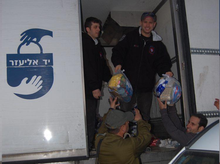 """במבצע לילי: צה""""ל העביר מזון לנתמכי יד אליעזר"""