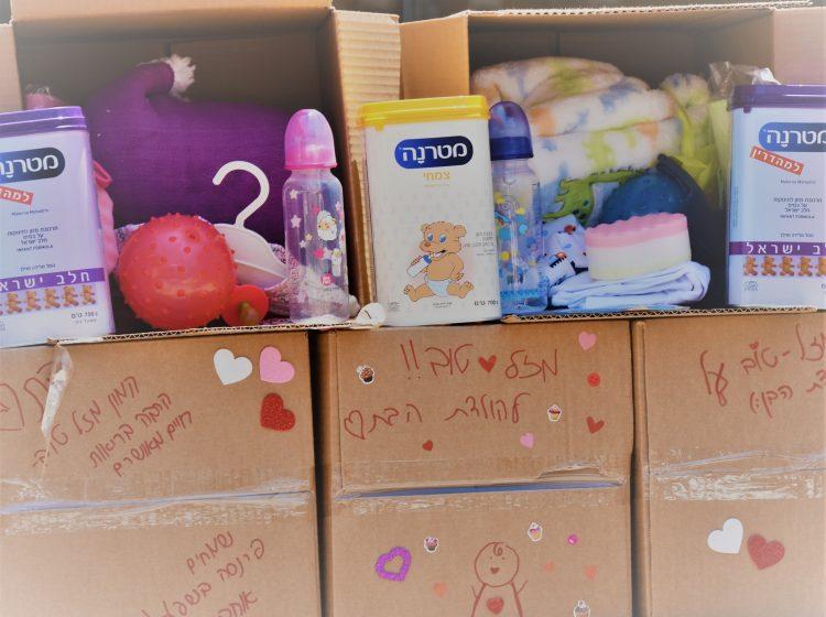 מרגש: תרומת בגדים וצעצועים לתינוקות חדשים