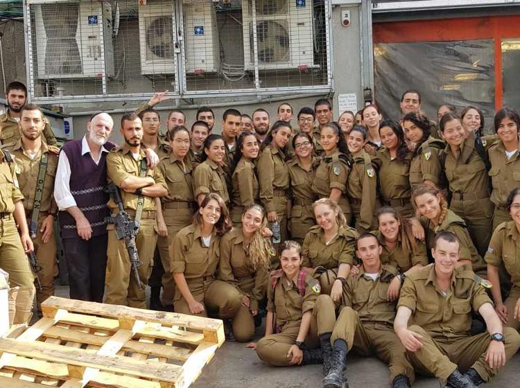 """גלריה: חייל צה""""ל מסייעים באריזת מזון לנתמכי יד אליעזר"""
