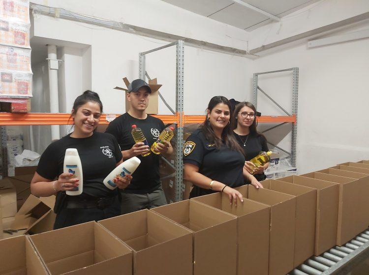 ראש השנה בפתח: שוטרים מתחנת רמות מסייעים באריזת ארגזי מזון לנזקקים