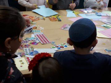 ילדים יוצרים משלוחי מנות
