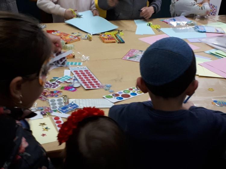גלריה: ילדים ירושלמים יוצרים משלוחי מנות עבור נזקקי יד אליעזר